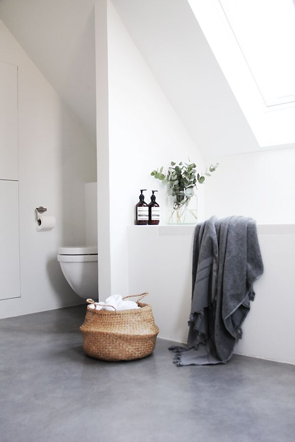Feng Shui Velas Baño:White Concrete Floor Bathroom